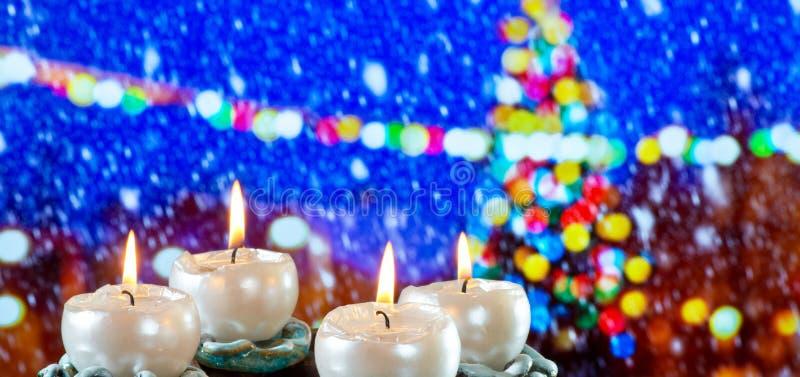 Aufkommen Wreath mit brennenden Kerzen stockbilder