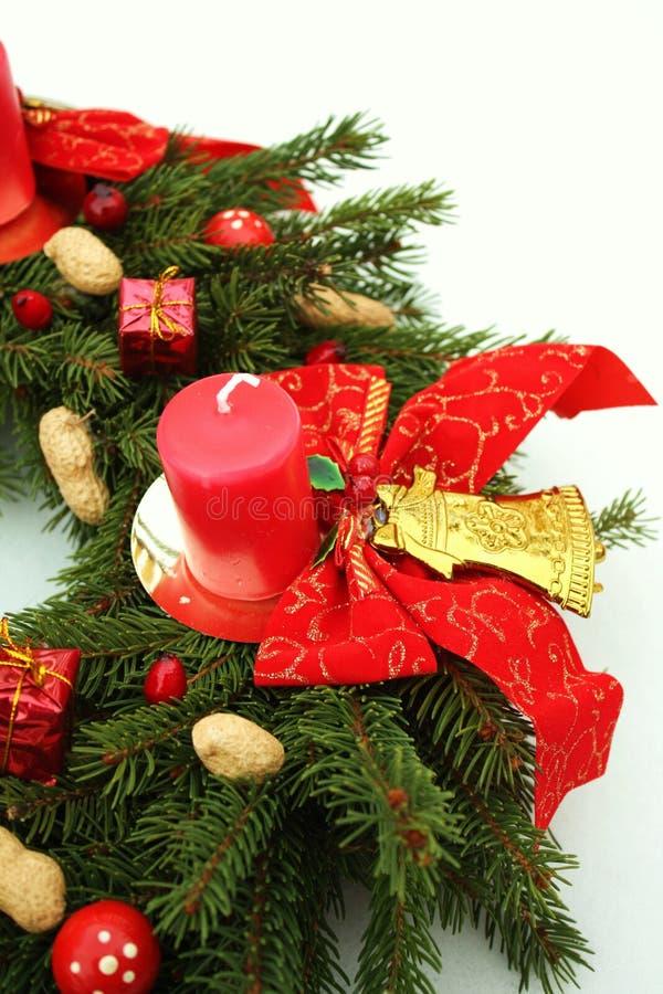 Aufkommen Wreath wih Weihnachtsdekoration stockfoto