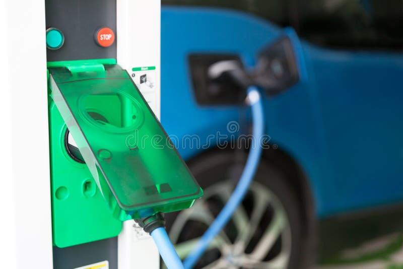 Aufladenbatterie eines elektrischen Autos stockbild
