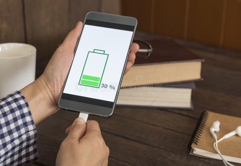 Aufladende mobile Smartphones lizenzfreie stockfotografie