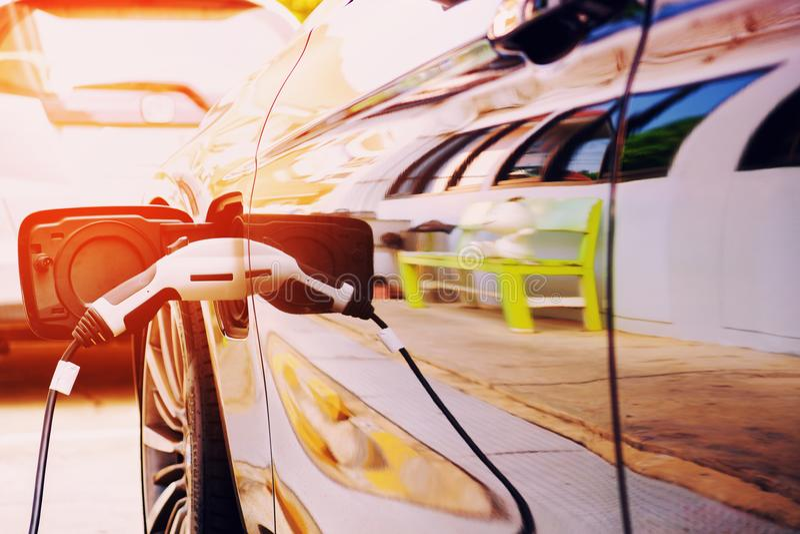 Aufladende moderne Elektroautobatterie auf der Straße, die sind stockfoto