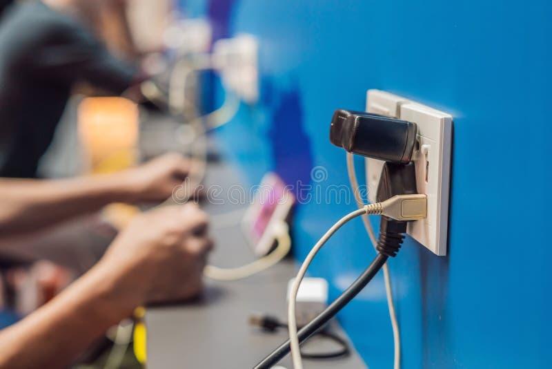 Aufladender beweglicher Bereich der Batteriestation öffentlich Mobiltelefonstecker des elektrischen Stromadapters in der Flughafe stockbild