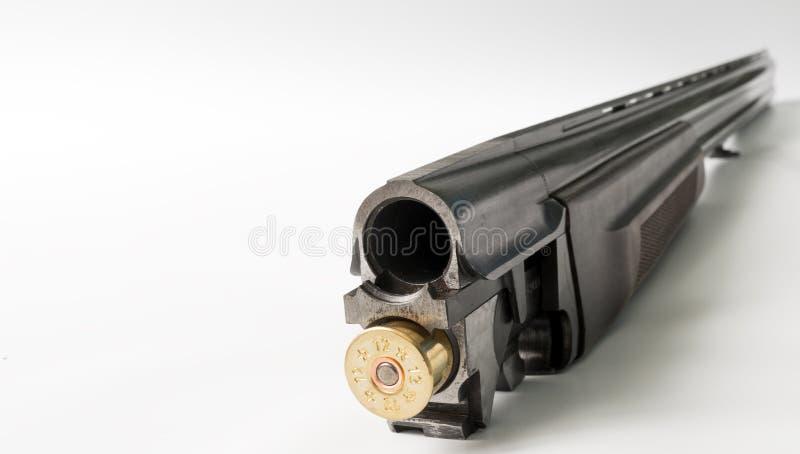 Aufladendes doppelläufiges Jagdgewehr Schließen Sie herauf Ansicht, Fokus auf der Schrotflinte lizenzfreie stockfotos