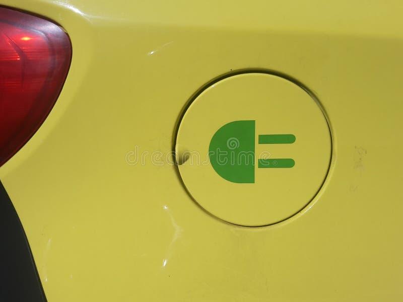 Aufladendes elektrisches Auto stockfoto