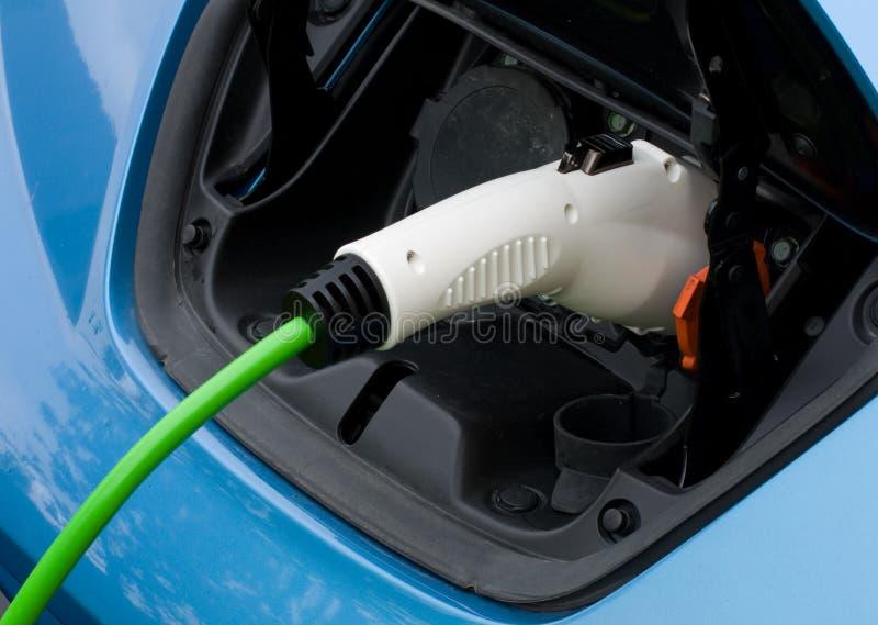 Aufladendes elektrisches Auto stockbild