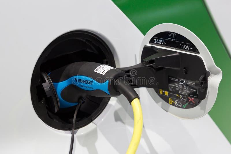 Aufladendes elektrisches Auto lizenzfreies stockfoto