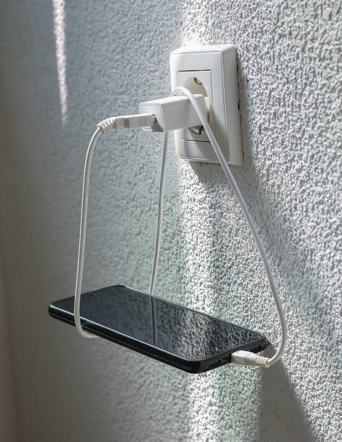 Aufladendes intelligentes Telefon stockfoto
