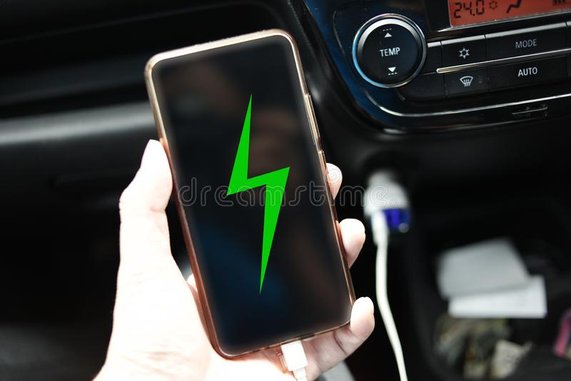 Aufladendes intelligentes Telefon im Auto lizenzfreie stockfotografie