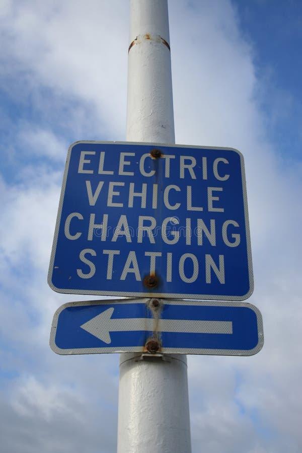 Aufladenzeichen des elektrischen Fahrzeugs stockfotografie