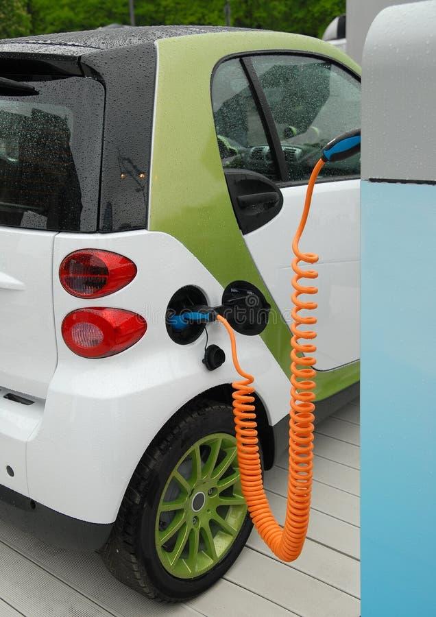 Aufladung des elektrischen Autos stockfotografie