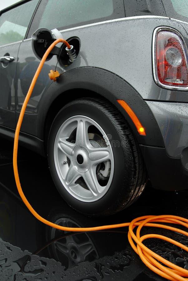 Aufladung des elektrischen Autos lizenzfreie stockfotos