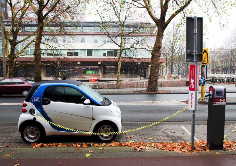 Aufladung des elektrischen Autos stockfotos