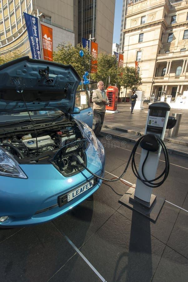 Aufladung des elektrischen Autos stockbilder