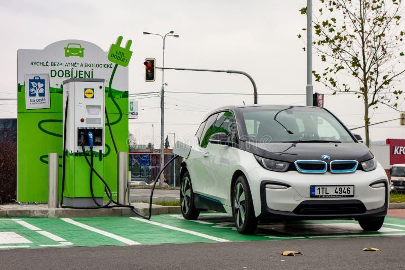 Aufladung des Elektroautos BMWs i3 mit Strom lizenzfreies stockfoto