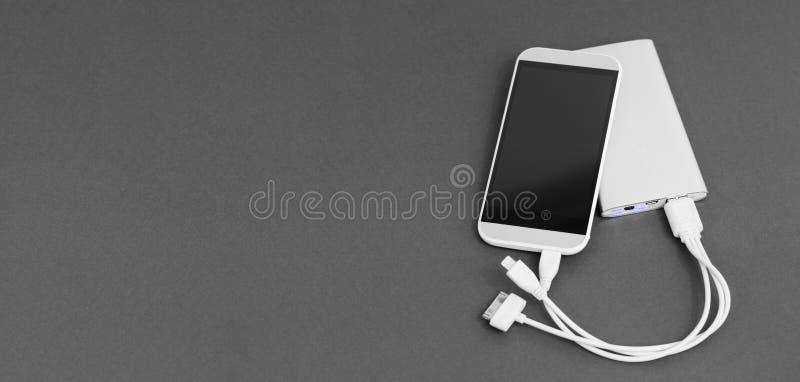 Aufladung des Handys stockbild