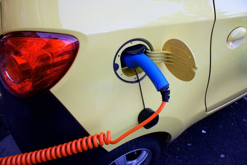 Aufladung ein Elektroauto mit der Stromkabelversorgung angeschlossen lizenzfreie stockfotografie