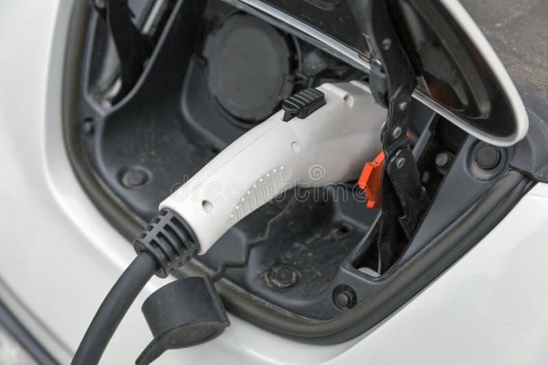 Aufladung einer Elektroautonahaufnahme stockfotografie