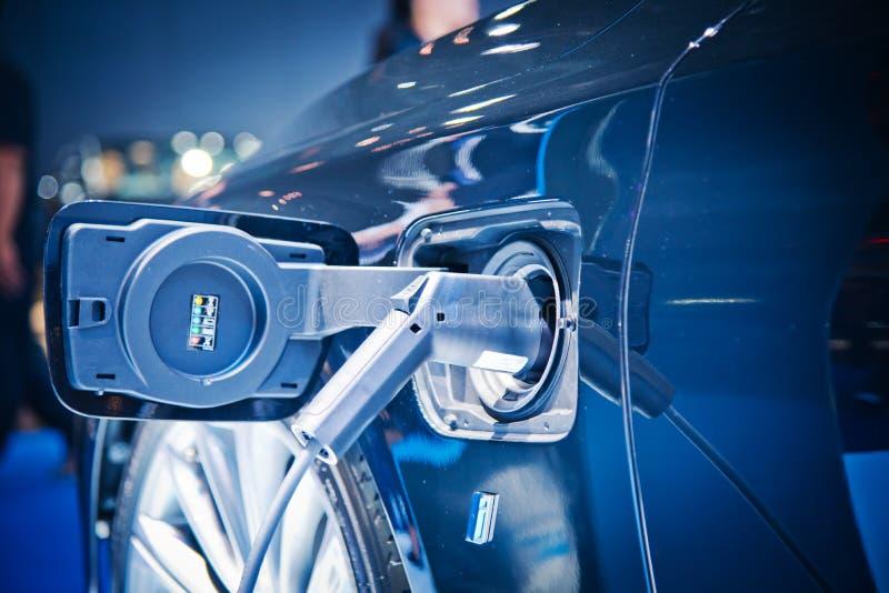 Aufladung eines elektrischen Autos lizenzfreie stockfotos