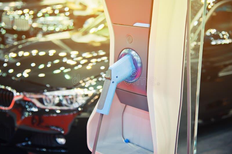 Aufladung eines elektrischen Autos stockfotografie