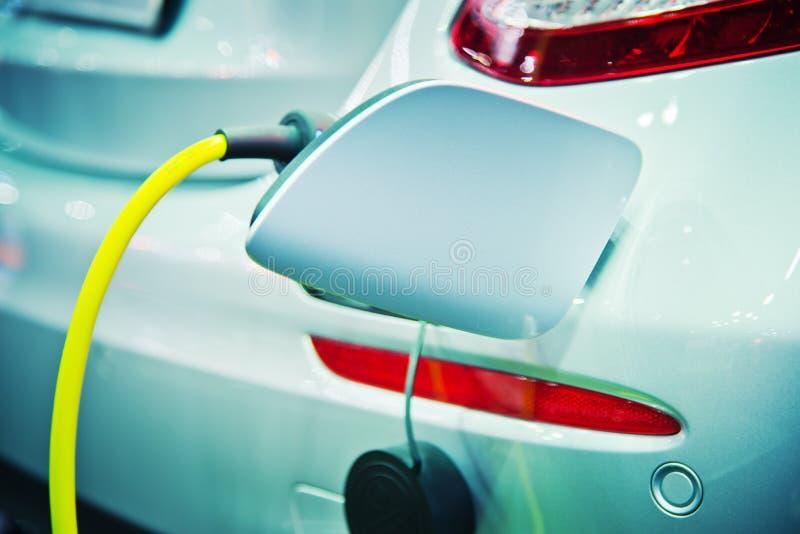 Aufladung eines elektrischen Autos lizenzfreie stockfotografie