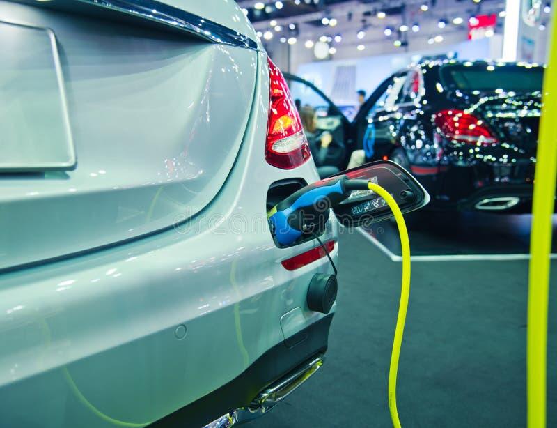 Aufladung eines elektrischen Autos stockbilder