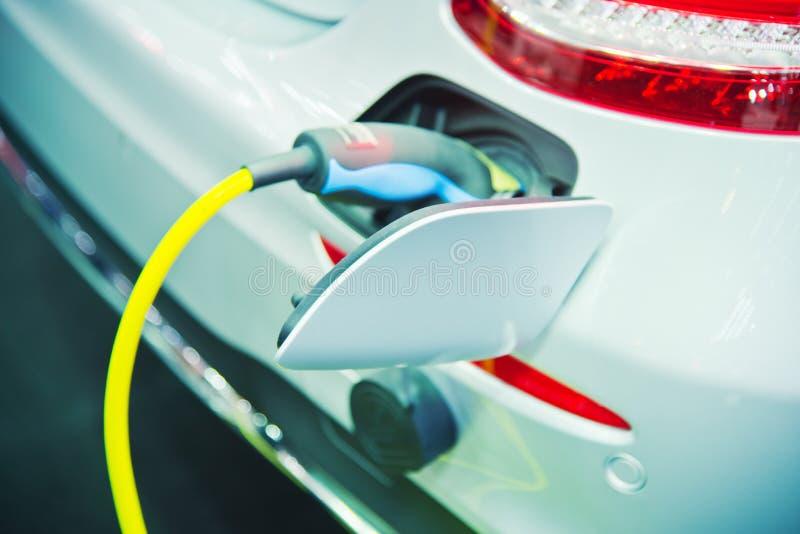 Aufladung eines elektrischen Autos lizenzfreies stockfoto