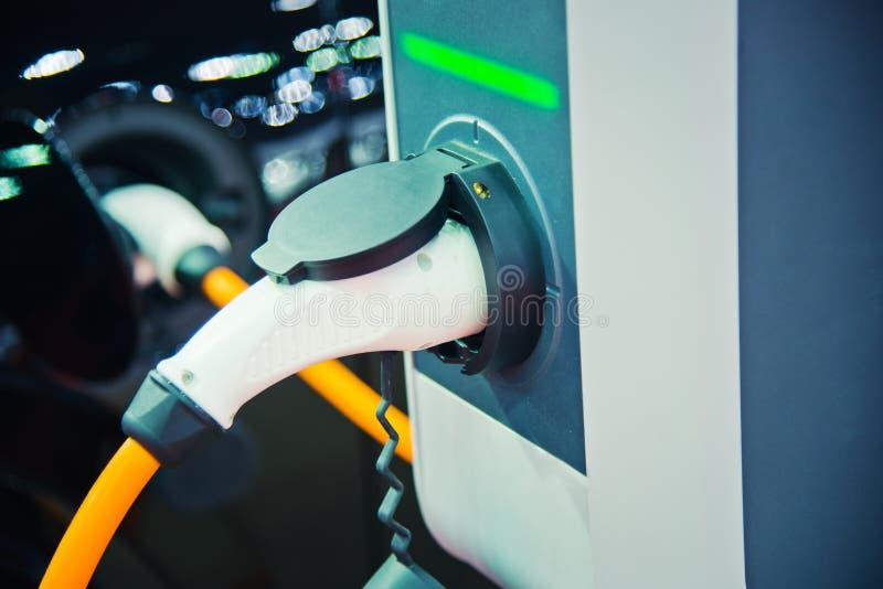 Aufladung eines elektrischen Autos stockbild