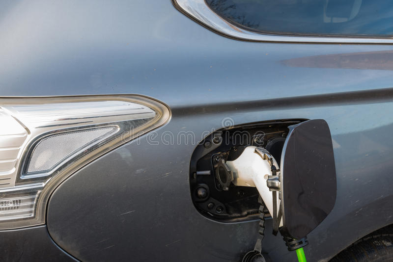Aufladung eines elektrischen Autos lizenzfreies stockbild