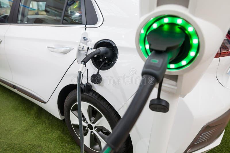 Aufladung eines Elektroautos stockbilder