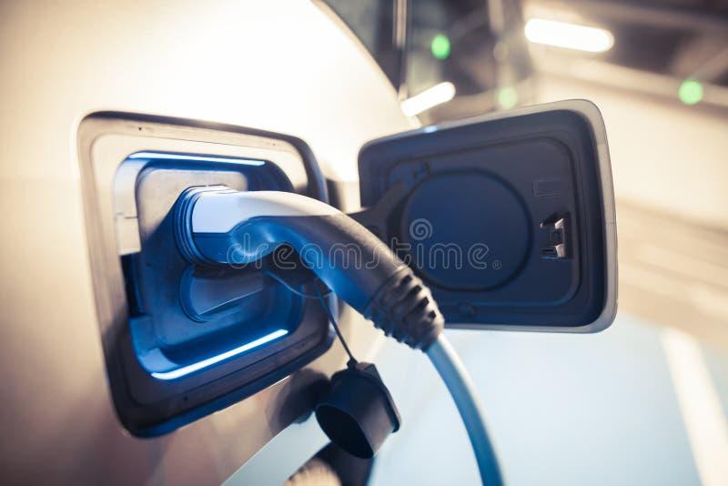 Aufladung eines Elektroautos stockfotos