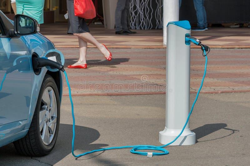 Aufladung eines Elektroautos stockfotografie