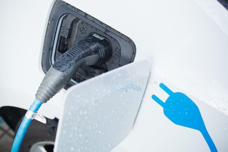 Aufladung eines Elektroautos lizenzfreie stockfotos