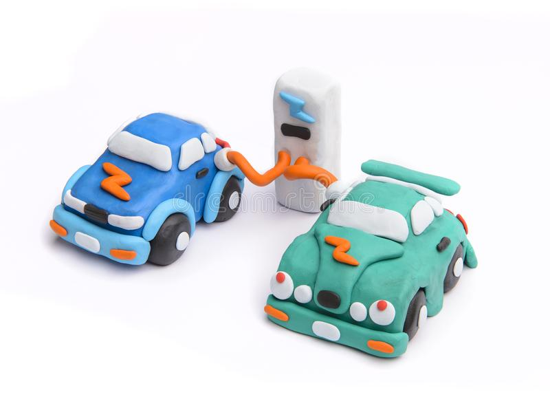 Aufladung eines Elektroautos mit dem Stromkabel stockfotos