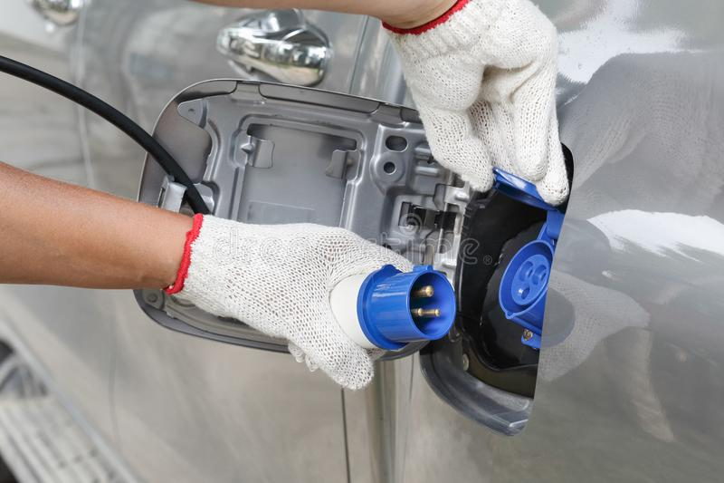 Aufladung eines Elektroautos mit der Stromkabelversorgung lizenzfreie stockbilder