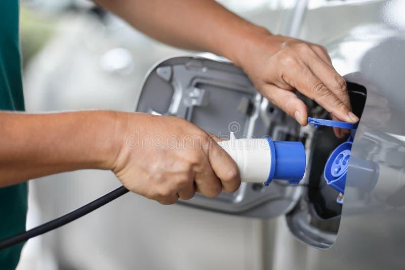 Aufladung eines Elektroautos mit der Stromkabelversorgung lizenzfreie stockfotos