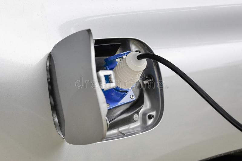 Aufladung eines Elektroautos mit der Stromkabelversorgung stockbild