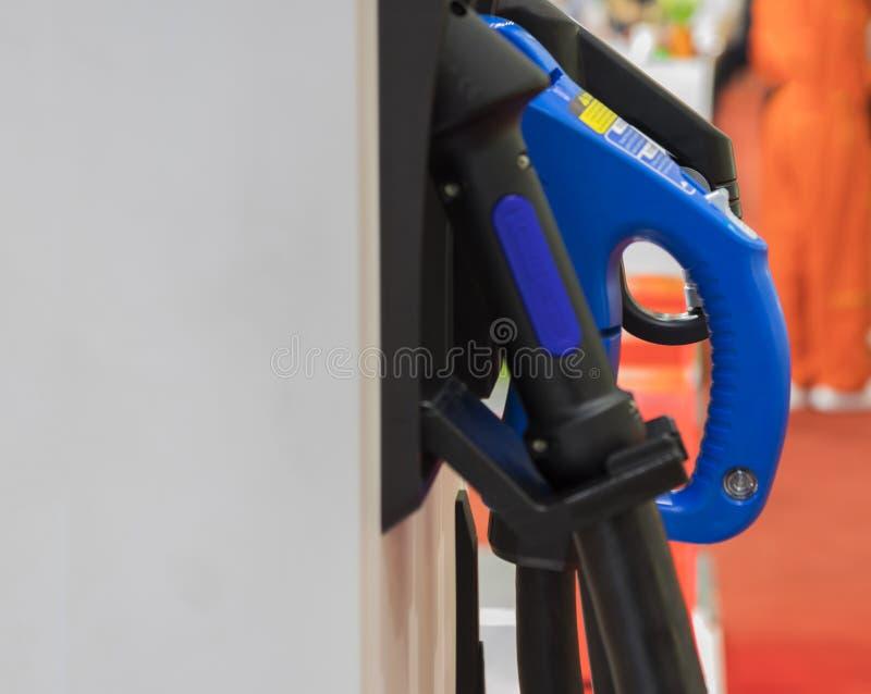 Aufladung eines Elektroautos mit der Stromkabelversorgung lizenzfreies stockfoto