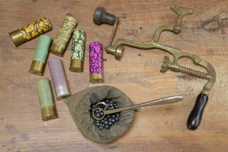 Aufladung von Jagdmunitionen und von Werkzeugen stockfotos