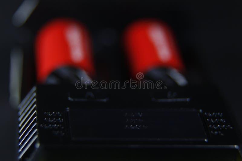 Aufladung von zwei Batterien im Ladegerätabschluß oben lizenzfreie stockfotografie