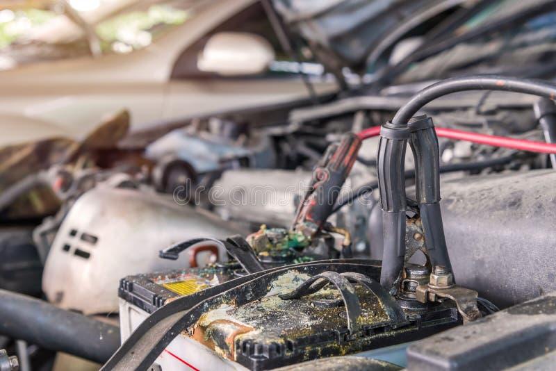 Aufladungsauto Mit Stromabflussrinne Verkabelt In Der Auto-Werkstatt ...