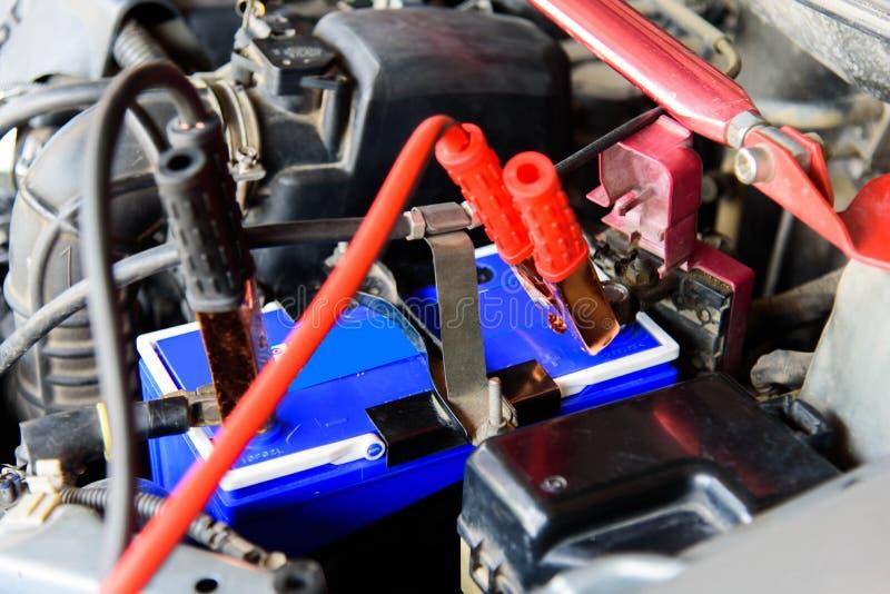 Aufladungsautobatterie stockfoto