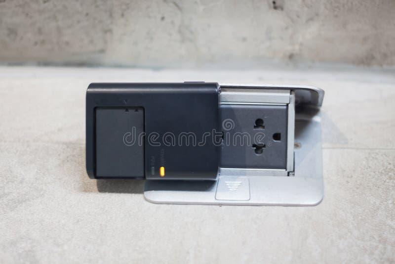 Aufladungsbatterie auf dem Boden lizenzfreie stockfotografie