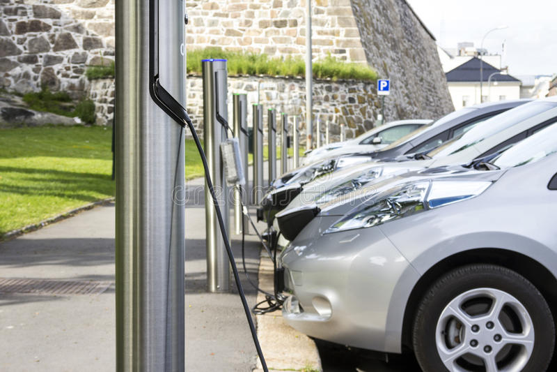 Aufladungsbatterie des Elektroautos stockbild