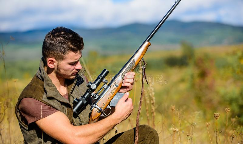 Aufladungsjagdgewehr des Mannes Jagdausrüstungskonzept Kakifarbige Kleidung des Jägers bereit, Naturhintergrund zu jagen jagd stockbild