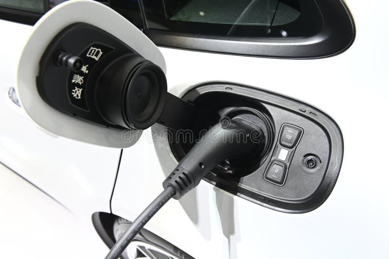 Aufladungsprozeß des Elektroautos durch die Stromkabelversorgung angeschlossen lizenzfreie stockfotos