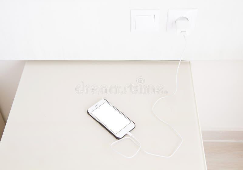 Aufladungssmartphone, Mobiltelefon auf Holztisch, Handy des leeren Bildschirms Selektiver Fokus Kopieren Sie Raum, löschen Sie, S lizenzfreie stockbilder