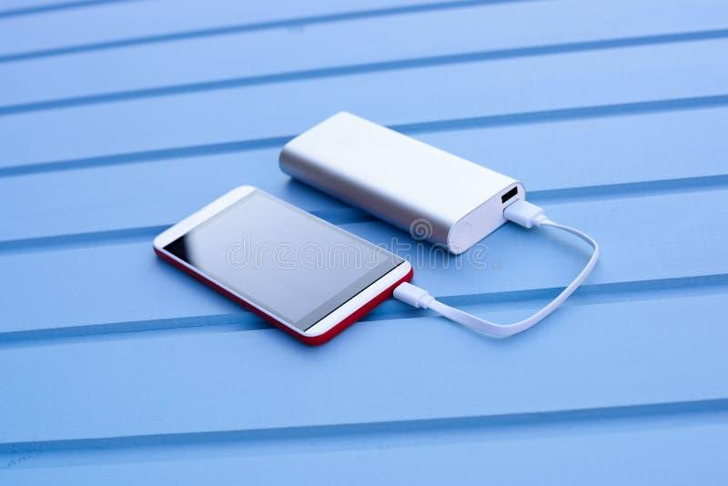 Aufladungssmartphone Powerbank lizenzfreies stockfoto