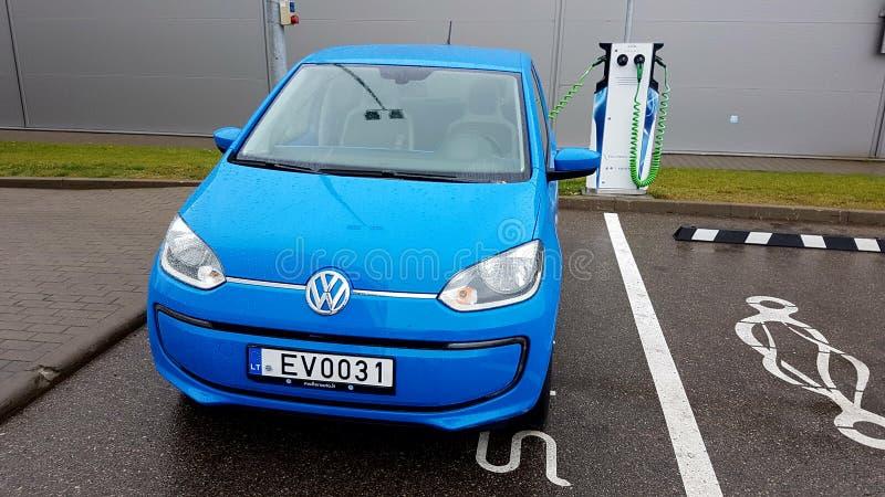 Aufladungsstrom blauen Volkswagen-Autos lizenzfreie stockfotos