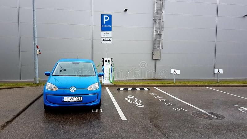 Aufladungsstrom blauen Volkswagen-Autos lizenzfreies stockfoto