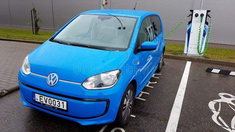 Aufladungsstrom blauen Volkswagen-Autos lizenzfreie stockfotografie